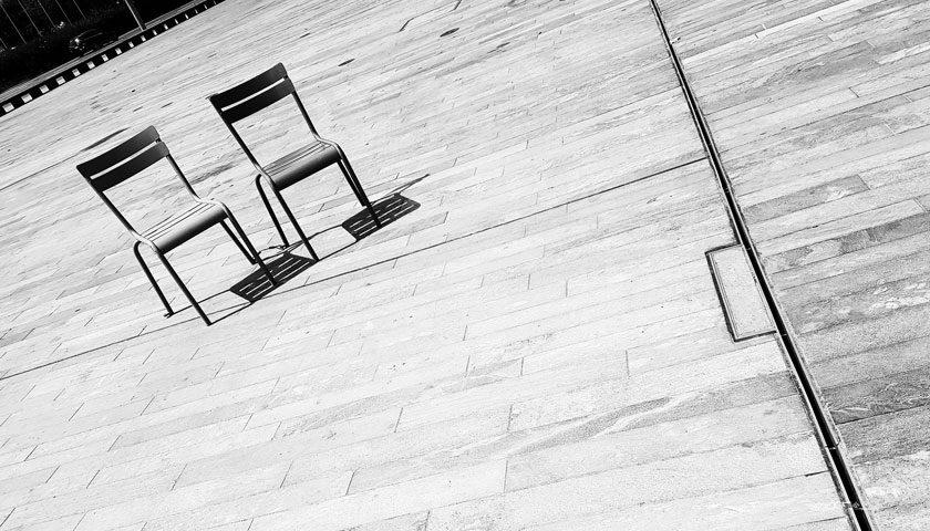 Zwei Stühle als Symbol für Entscheidungen